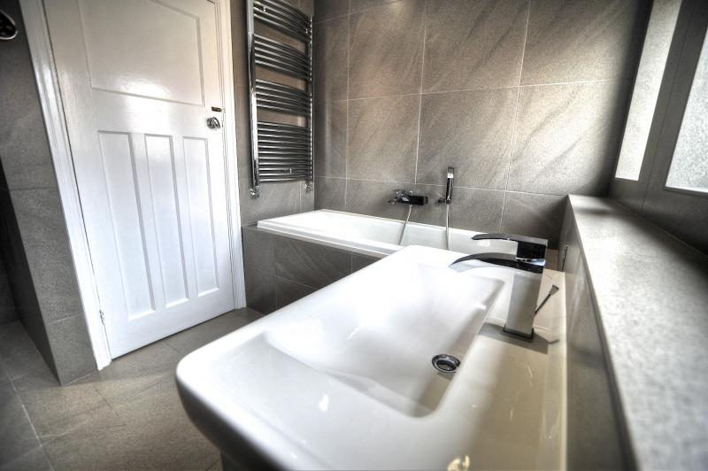 Jack and Jill Bathroom come en-suite, Headroomgate Road ...