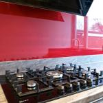 Neff 5 burner gas hob, glass splashbacks and Neff perimeter extractor
